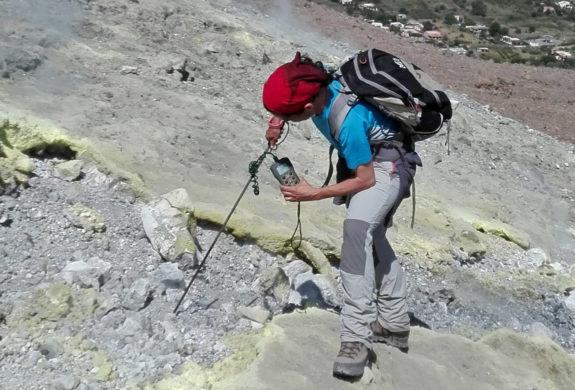 Vulcano - Prise de mesures lors d'une Trilogie des Volcans actifsau bord du cratère